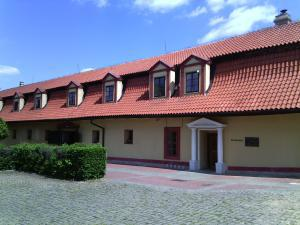 Dvůr Pecínov - Budova hotelu