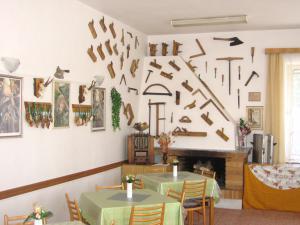 Penzion-Niké Jedovnice - jídelna s krbem