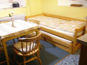 Apartmán Dvorečná - postel s vysunovacím lůžkem