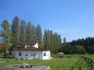 Pension Vital   Vital-Park Drahotín - pohled od studny směrem  ke kavárně