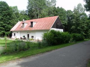 Konírna - rodinný dům - Mařeničky 83 - pohled z příjezdové cesty