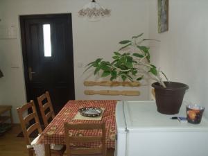 Konírna - rodinný dům - Jídelní kout a vstupní dveře