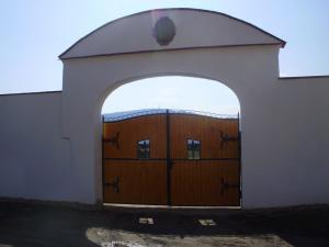 Moravský statek Strachotín - Historická brána ze 14.století
