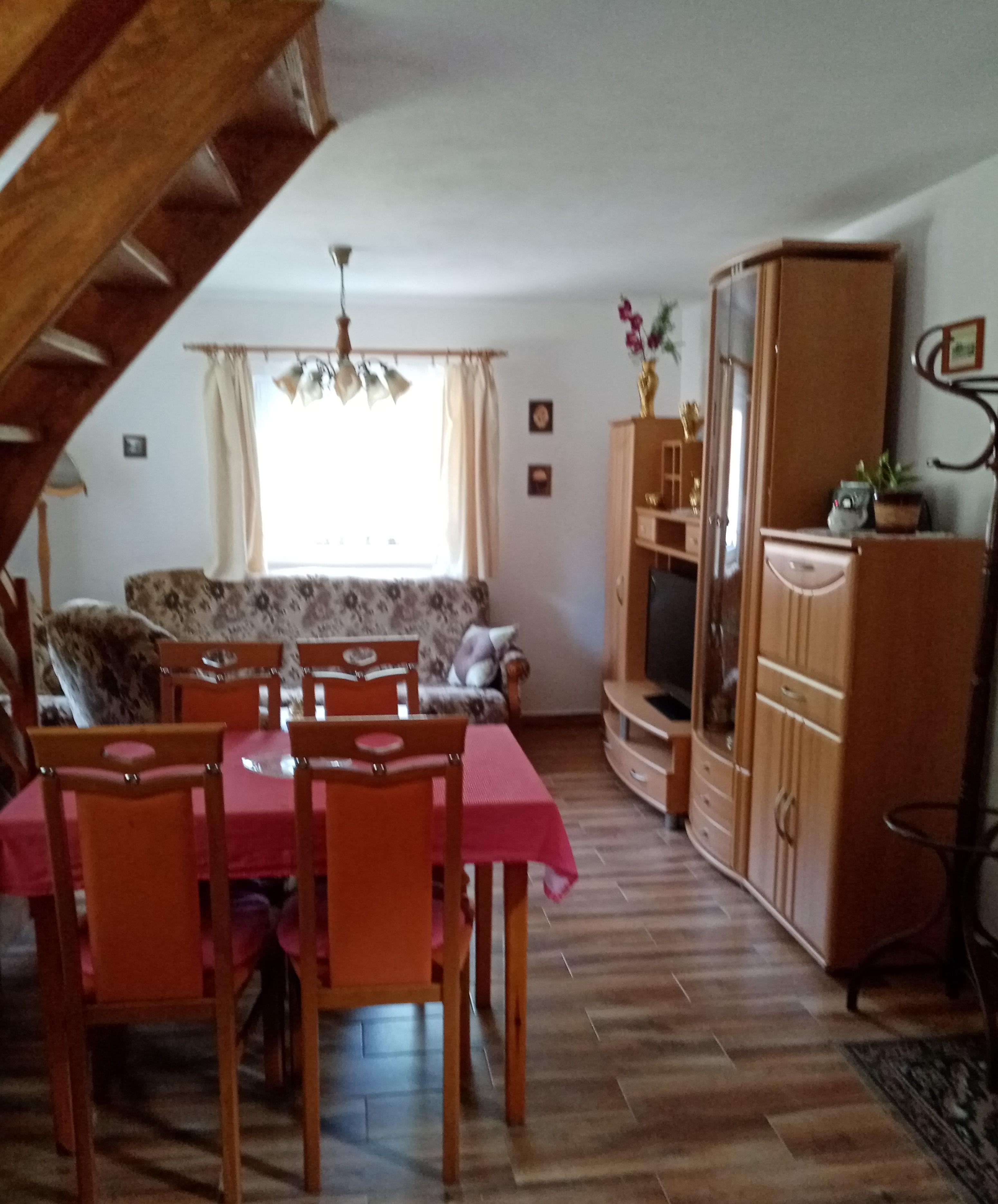 pohled od kuchyňky na obývák, který je součástí