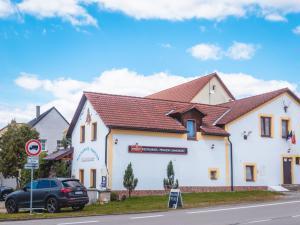 Restaurace a penzion SAMOROST - Boční pohled restaurace penzion Samorost Jarošov nad Nežárkou 44