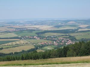Chata Meduňka - Pohled směrem na Uherský Brod, přímo pod námi E50, Bystřice pod Lopeníkem)
