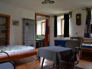 Modletice U kamenného stolu. - Malý apartmán-kachlová pec,pokoj s čtyřmi lůžky.