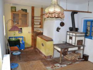 Modletice U kamenného stolu. - Ubytování ve dvoře-pokoj s dvěma lůžky s pecí.