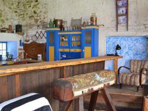 Modletice U kamenného stolu. - Uzavřený dvůr-letní kuchyně s barem a mega postelí