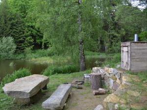 Modletice U kamenného stolu. - Dolní rybník s posezením a udírnou.