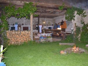 Modletice U kamenného stolu. - Uzavřený dvůr-letní kuchyně s barem,ohništěm a meg