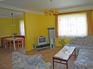 Chalupa - Velký Vřešťov - pohled na obývací pokoj a do kuchyně