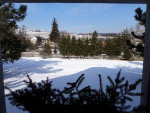 Chaloupka Rudná - kopečková - zima z okna