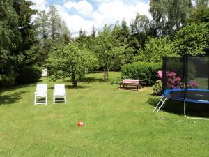 Chaloupka Rudná - potůčková - zahrada s trampolínou