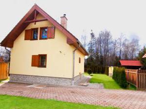 Chata č. 8  Vysoké Tatry - Štôla - zadný pohľad + parkovisko