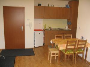 Apartmán Pod Dedovkou - Miestnosť s dvoma lôžkami, stolom a kuchynkou