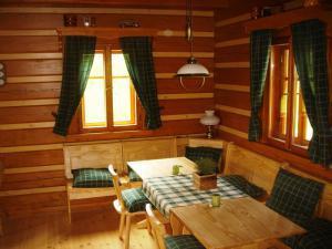 Roubenka Jílové v podkrkonoší - jídelní stůl pro 10 osob - interiér roubenky