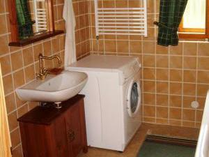 Roubenka Jílové v podkrkonoší - koupelna v přízemí s vanou, s WC a s pračkou