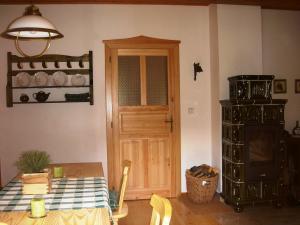 Roubenka Jílové v podkrkonoší - interier roubenky jídelní stůl, kamna