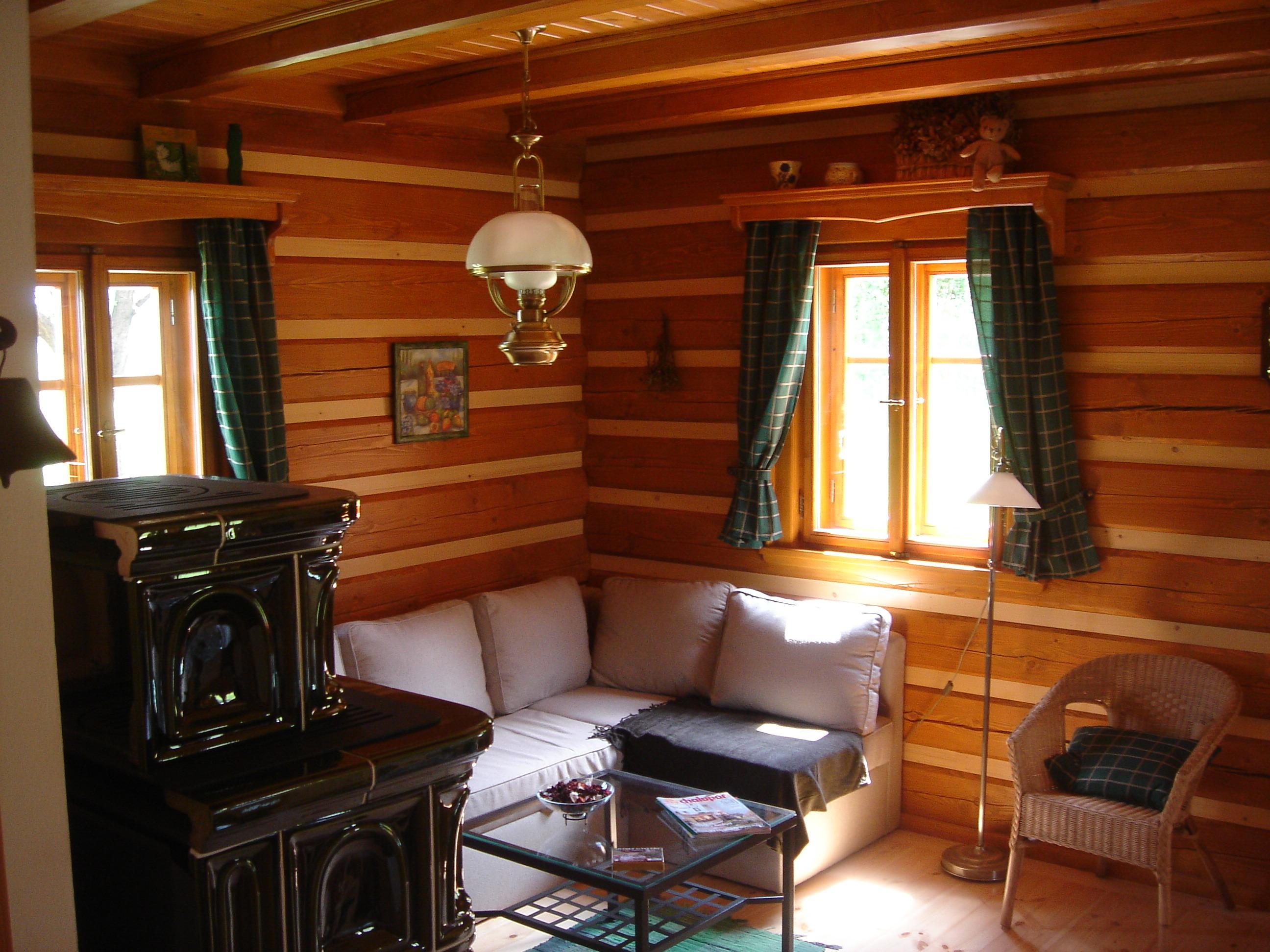 interiér roubenky, kachlová kamna