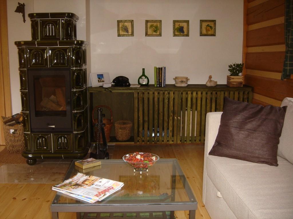 interiér roubenky , místnost s kachlovými kamny
