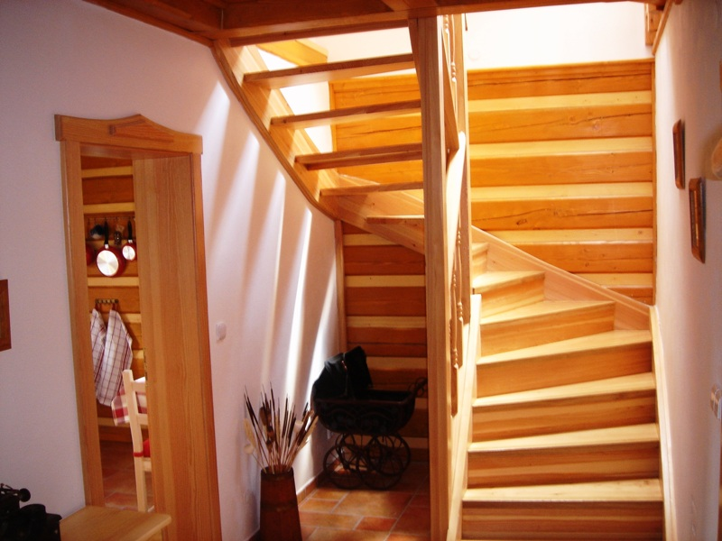 dřevěné schodiště do patra roubenky