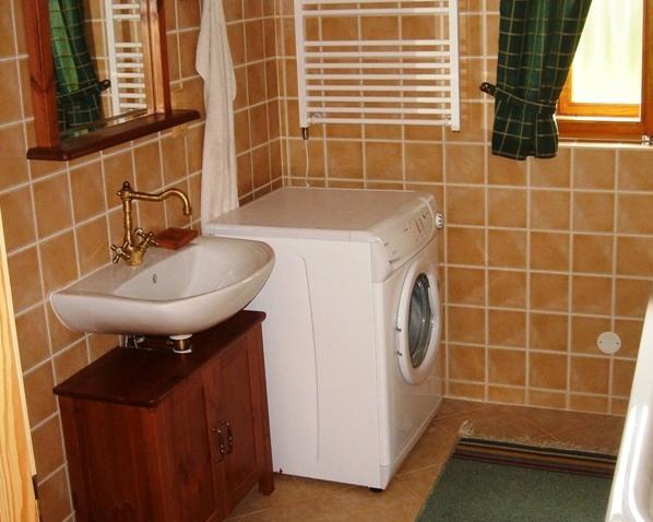 koupelna v přízemí s vanou, s WC a s pračkou