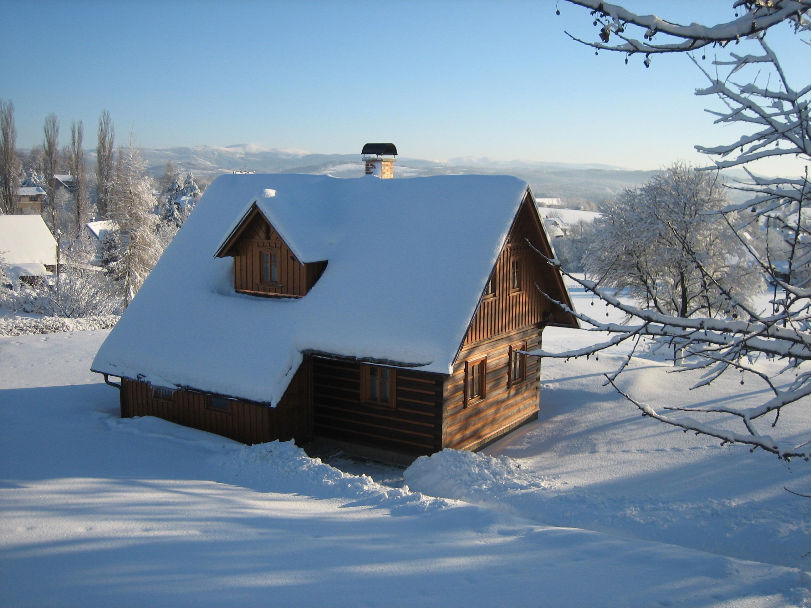 roubenka v zimě, pohled až na hřebeny Krkonoš
