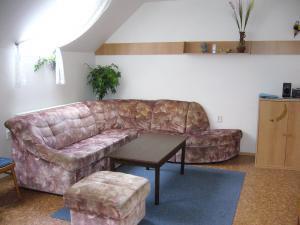 Chalupa pod strání - sedací souprava ve společenské místnosti