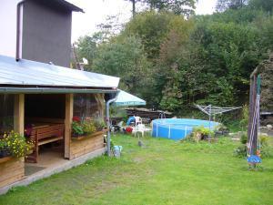 Chalupa pod strání - zahrada s pergolou