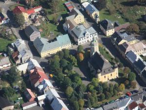 Krušnohorský penzion Javor - Letecký pohled - náměstí - penzion vlevo nahoře