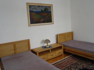 Apartmán Kvita - Pokoj 1 - dvoulůžkový, průchozí, TV,křesla, komoda