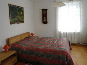 Apartmán Kvita - Pokoj 2 - dvoulůžkový s manželskou postelí, dětskou postýlkou, starožitným psacím stolem, šatní skříň