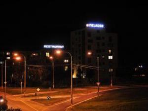 MELROSE Apartments - Nočný pohľad - príjazd