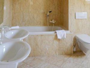 Žižkovy lázně - Koupelna s vanou