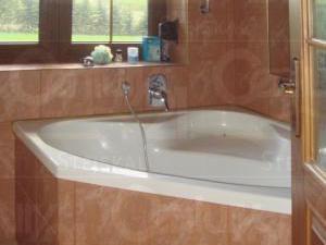 Ranch Veselíčko - Koupelna v chatě s vanou, sprchovým koutem i WC