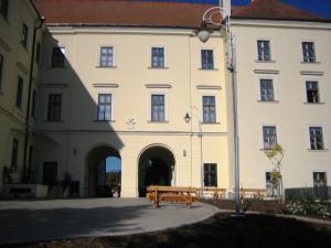 Zámek Křtiny - letní zahrádka na nádvoří zámku Křtiny