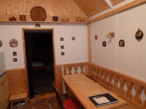 Chatička v Komorní Lhotce - jídelní stůl