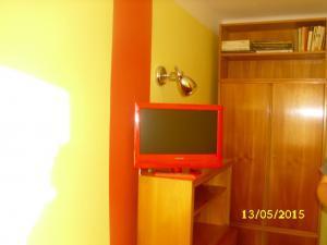 Ubytování u Petry a Milana - šatna a TV červený, byt 1