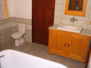 Chalupa v Českém ráji - Koupelna s WC, umyvadlo, bidet není vidět.