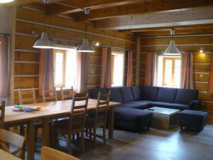 Chalupa Jůlinčino údolí - společenská místnost, pohled z kuchyně