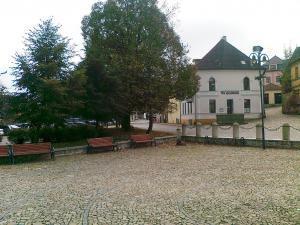 Pension Na Hradbách - Tržní náměstí s budovou penzionu
