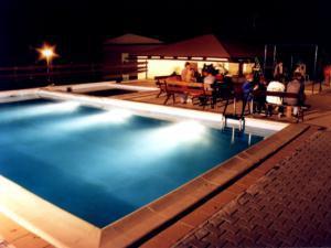 Hotel U PŘEHRADY Rezort - Bazén v noci s barem u bazénu